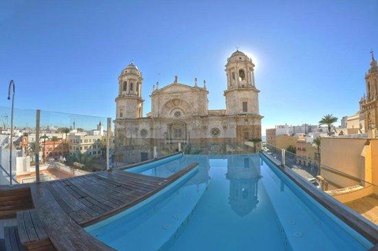 Piscina jacuzzi fotograf a de hotel la catedral c diz for Piscina cadiz