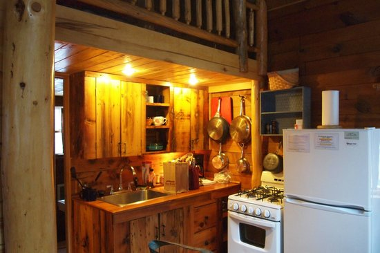 Pioneer Guest Cabins : Kitchen in the Cottonwood cabin