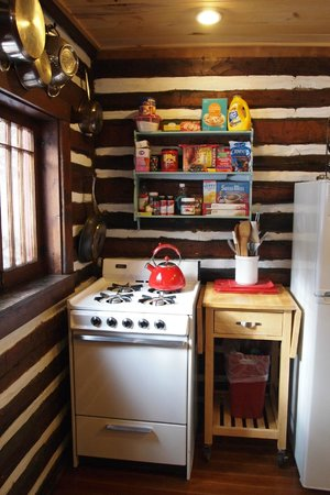 Pioneer Guest Cabins : Kitchen in the Sunshine cabin
