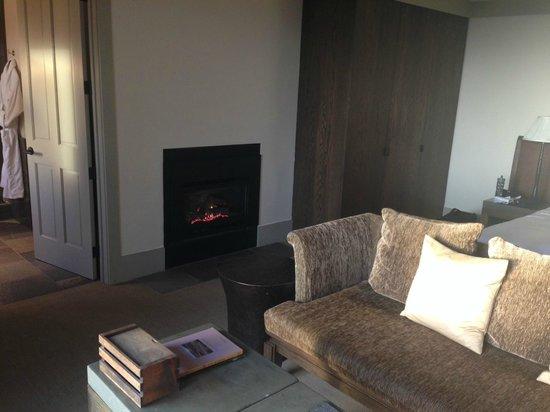 Heritage House Resort: Room 10 fireplace