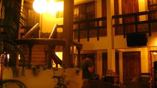 Hotel Mamiri: Vista del interior durante la noche