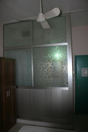 Hacienda Guest House: Glass wall separated bathroom