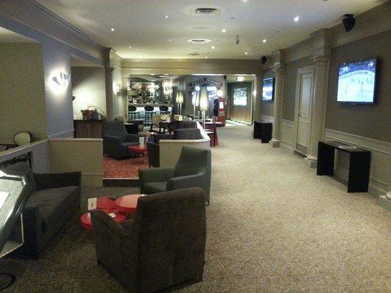 Mercure Lyon Centre Saxe Lafayette: Ingresso area bar