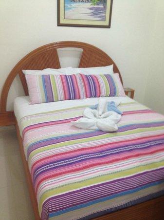Tartaruga's Hotel and Pagudpud Yacht Club Restaurant: the bed
