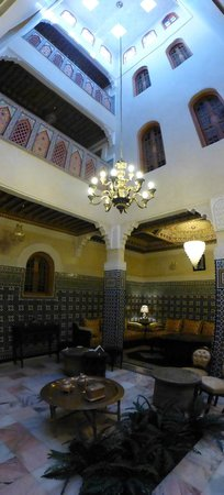 Dar Al Madina Al Kadima : Just hanging out in the foyer/dining area...
