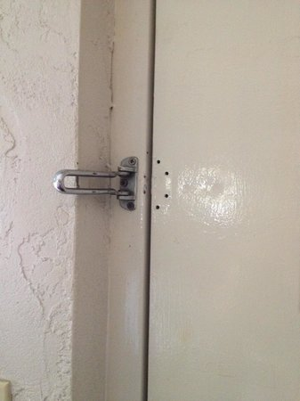 Days Inn & Suites Altamonte Springs: Missing Security Latch