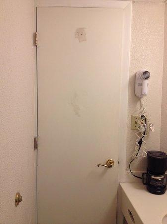Days Inn & Suites Altamonte Springs: Missing Towel Hook