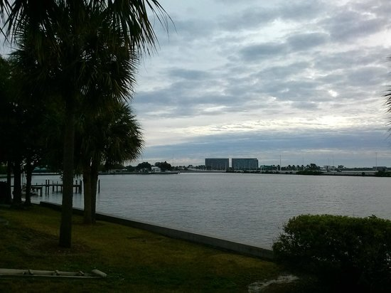Holiday Inn Express Tampa - Rocky Point Island: Hotel Grounds