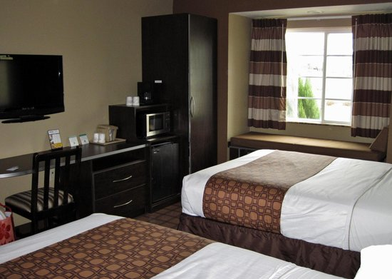 Microtel Inn & Suites by Wyndham Montgomery: Room with 2 queen beds