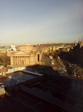 Holiday Inn Liverpool City Centre: View of St George's Hall and Lime St