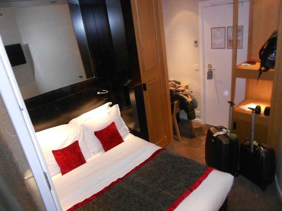 Hotel Marceau Champs Elysees: Habitación pequeña pero es París