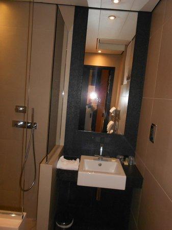 Hotel Marceau Champs Elysees: Baño, limpio y reformado