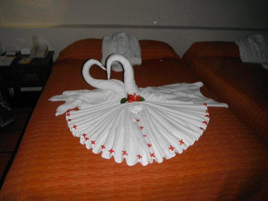 Allegro Playacar : towel designs everyday on beds