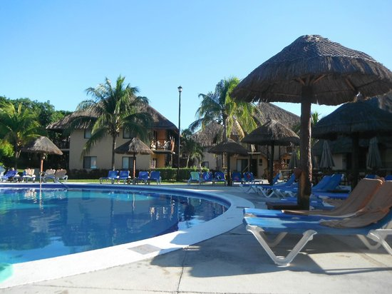 Allegro Playacar : pool and view of the rooms