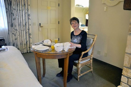 Horizon Inn & Ocean View Lodge : Our in-room breakfast table get-up