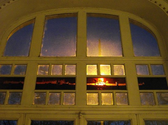 Hotel Soleil Terminus : La vieille cité est visible par transparence sur les vitres à l'entrée, levez la tête!