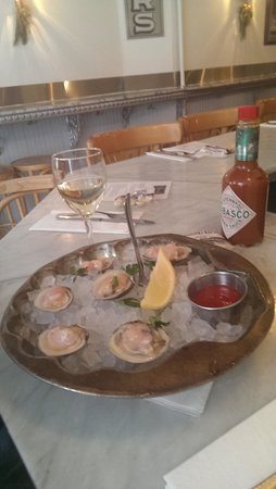 Pearl Oyster Bar: Fresh clams!