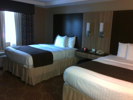 Aashram Hotel by Niagara River : Comfortable Queen Beds with Alarm clock and comfy pillows