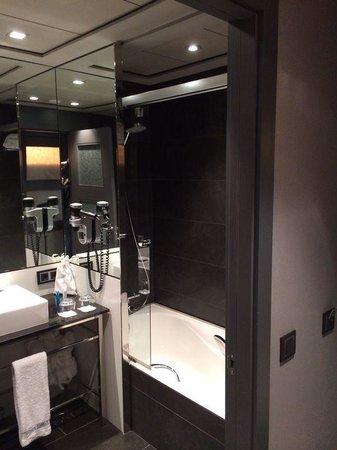 Hotel Val de Neu GL: The modern bathroom, decent sized bath after a long days skiing, a powerful shower, big sink, bd