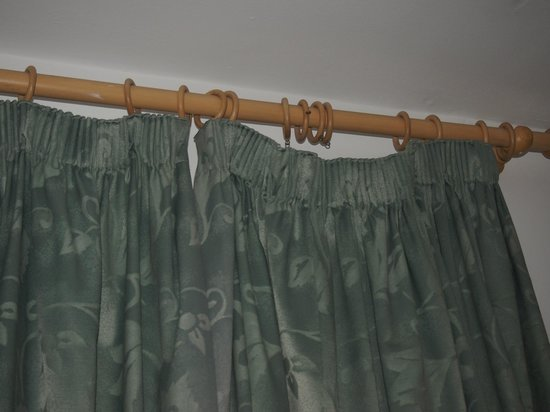 Hotel St. George: curtains hanging off the rail