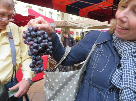 Tastes of Provence - Tours : Fresh grapes from the market