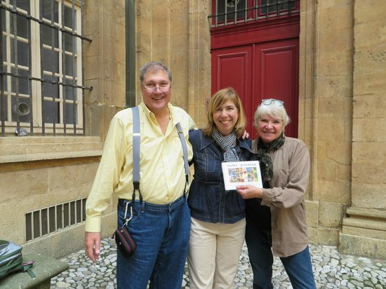 Tastes of Provence - Tours : Jennifer and us in front of Hotel de Ville (city hall)