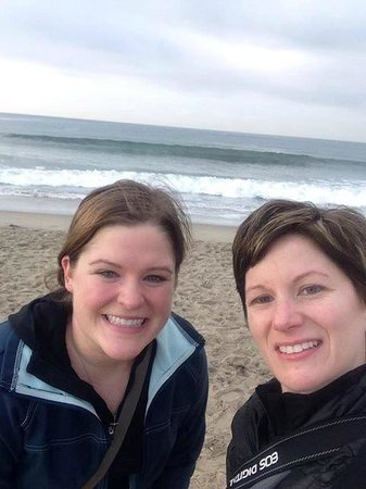 Ocean Lodge Hotel: Katey and Jen at Santa Monica Beach across from the hotel!