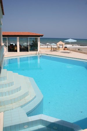 Caretta Beach: Pool & Dinning
