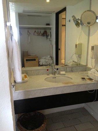 Holiday Inn Resort Ixtapa : El único foco del baño no sirve, además todo está sucio