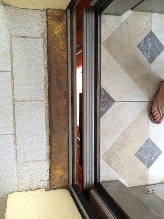 Holiday Inn Resort Ixtapa: Las entrada al elevador....oxidada