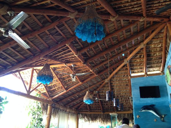 Las Mariscadas: Beautiful chandeliers