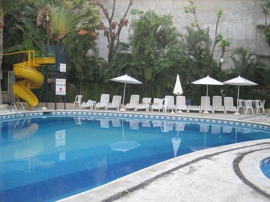 Sands Acapulco Hotel & Bungalows: El area de albercas esta muy divertida