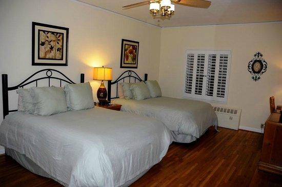 The Eagle Inn: 2-queen room, Eagle Inn