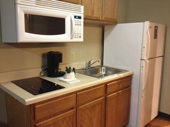 Home Towne Suites - Bentonville: kitchenette