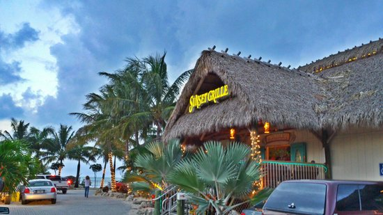 Sunset Grille and Raw Bar : Fantastic place to watch the sun go down!  Bring your bathing suit!