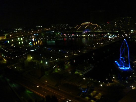 Four Points by Sheraton Sydney, Darling Harbour : View at night of Darling Harbour from room