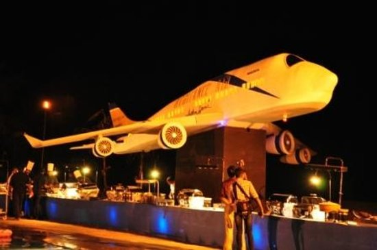 Heritance Ahungalla: The mock up of the aircraft on the beach with buffet tables below