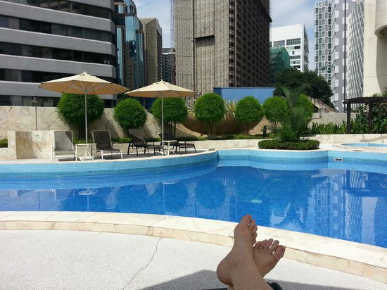 Hotel Novotel Kuala Lumpur City Centre: Relaxing after a cool swim in the pool.