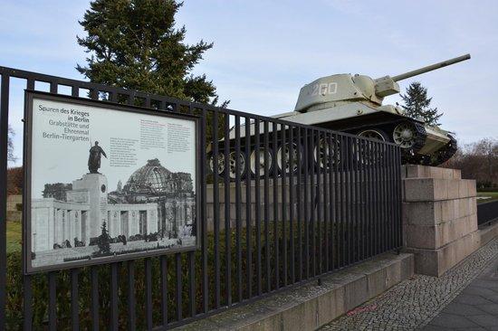 Sowjetisches Kriegsdenkmal: Vue latérale