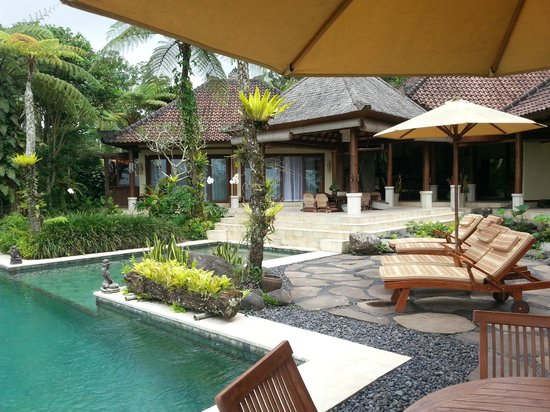 Villa Orchid Bali: View to main lounge and dining area from pool