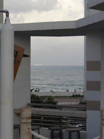 Sense Beach House : Vue de l'espace piscine sur la mer