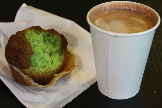 Top Dog Coffee Bar: Pistachio muffin and mexican mocha