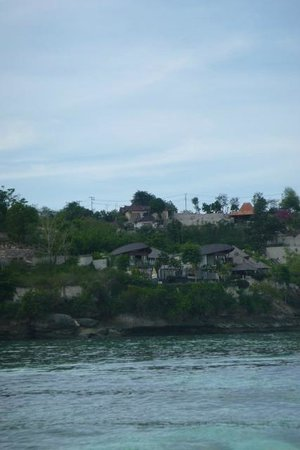 Lembongan Cliff Villas: View to Villas from water - Top centre
