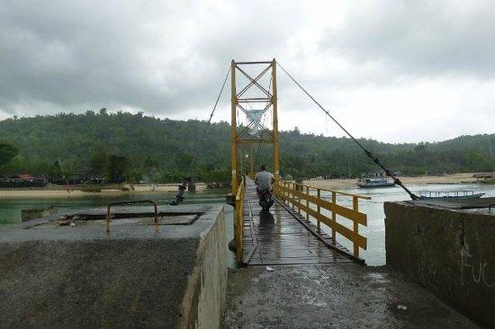Lembongan Cliff Villas: Yellow bridge to Ceningan