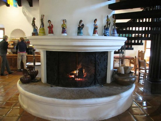 Rancho La Puerta Spa: Fireplace in dining hall