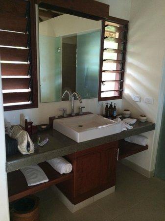 Eratap Beach Resort: Bathroom - modern, clean and spacious
