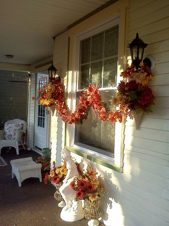 Turtle Street Bed and Breakfast: Front Porch Fall