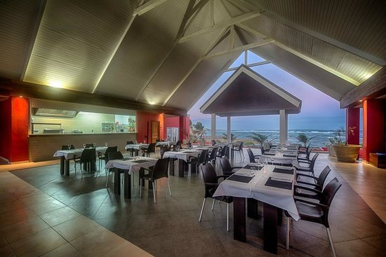 Le Pavillon by the Sea: dining room at sunset