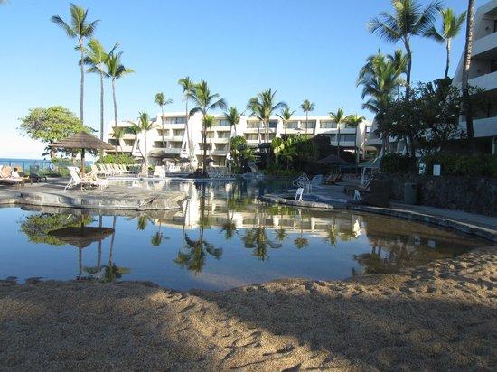 Sheraton Kona Resort & Spa at Keauhou Bay: View from kiddie side of pool