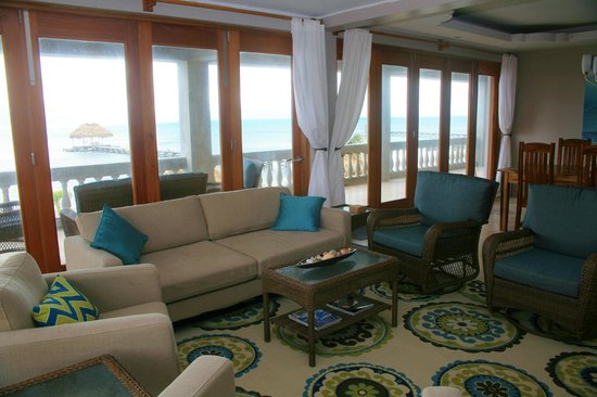 Hol Chan Reef Villas: Living room with view to the water and dock